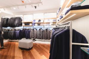 Anzuüge auf einem Kleiderbügel in den Farben Blau, Grau und Schwarz