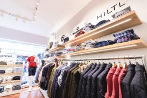 Marken Jacken auf einem Kleiderbügel