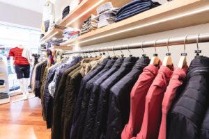 Marken Jacken und Westen auf einem Kleiderbügel