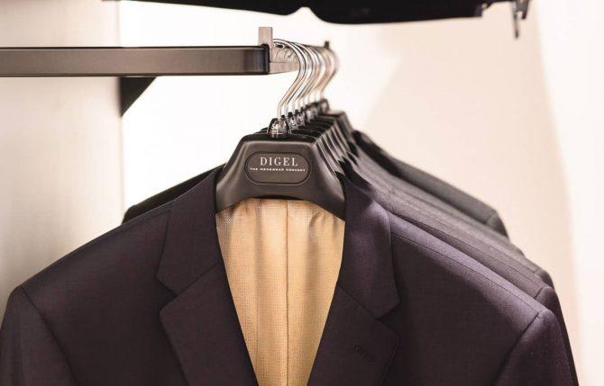 Digel Anzüge auf einem Kleiderbügel