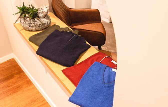 Pullover in den Farben Rot und Blau von Gransasso bei Stietzel