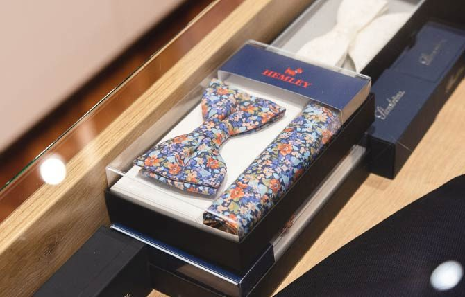 Gemusterte bunte Krawatte im Box