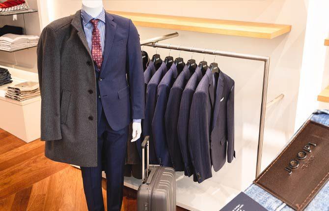 Eine blaue Suit auf dem Modell und Anzüge von Joop!