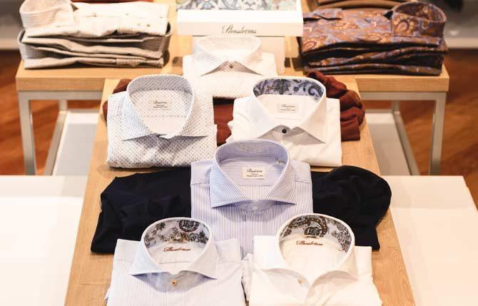 Stenstroems Hemden aufgestellt auf dem Regal