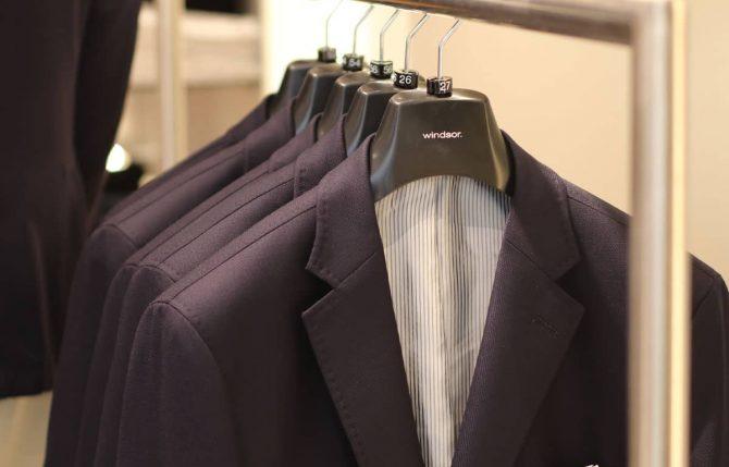 Windsor Anzüge auf einem Kleiderbügel